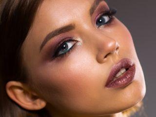 Elimina la capa de células muertas, da luminosidad y mejora la elasticidad reduciendo las arrugas finas